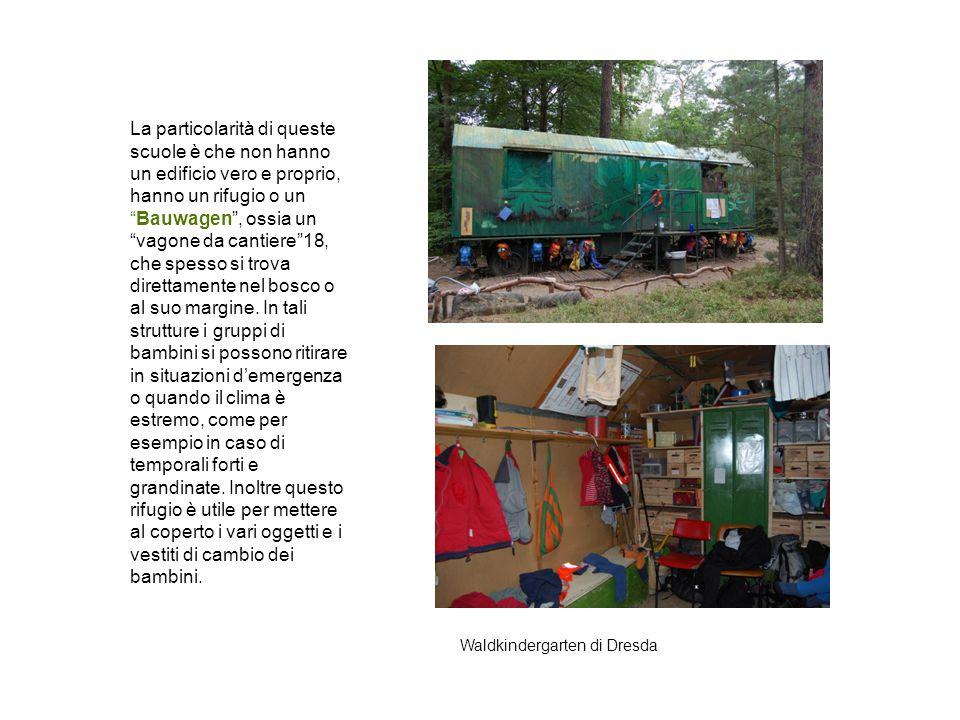 """La particolarità di queste scuole è che non hanno un edificio vero e proprio, hanno un rifugio o un """"Bauwagen"""", ossia un """"vagone da cantiere""""18, che s"""