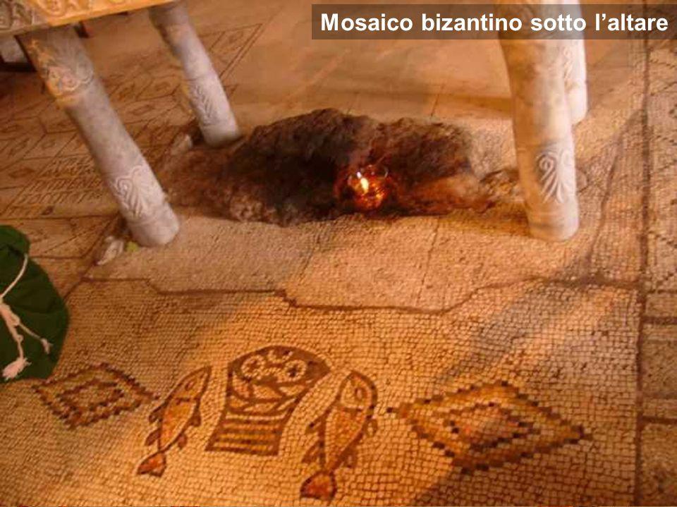 Interno della chiesa di Tabgha, dove la tradizione colloca il miracolo Mosaico bizantino sotto l'altare