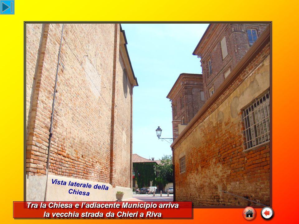 Tra la Chiesa e l'adiacente Municipio arriva la vecchia strada da Chieri a Riva Tra la Chiesa e l'adiacente Municipio arriva la vecchia strada da Chieri a Riva Vista laterale della Chiesa