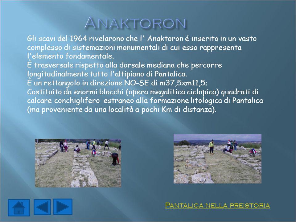 Gli scavi del 1964 rivelarono che l' Anaktoron é inserito in un vasto complesso di sistemazioni monumentali di cui esso rappresenta l'elemento fondame
