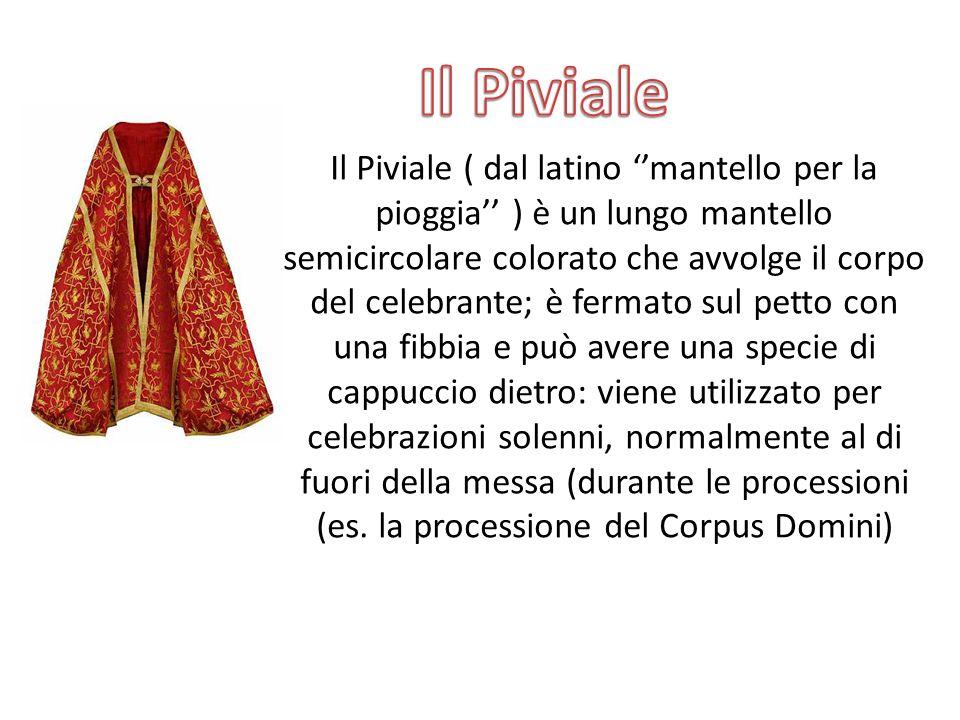 Il Piviale ( dal latino ''mantello per la pioggia'' ) è un lungo mantello semicircolare colorato che avvolge il corpo del celebrante; è fermato sul pe