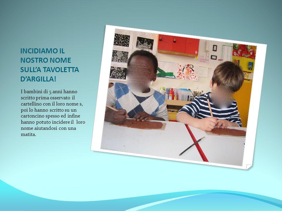 INCIDIAMO IL NOSTRO NOME SULL'A TAVOLETTA D'ARGILLA! I bambini di 5 anni hanno scritto prima osservato il cartellino con il loro nome s, poi lo hanno