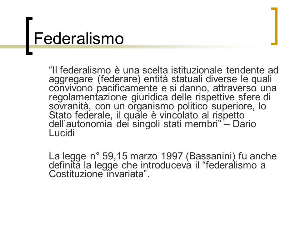 """Federalismo """"Il federalismo è una scelta istituzionale tendente ad aggregare (federare) entità statuali diverse le quali convivono pacificamente e si"""