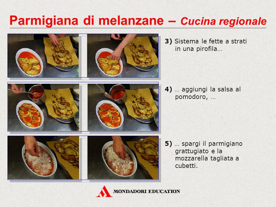 3) Sistema le fette a strati in una pirofila… Parmigiana di melanzane – Cucina regionale 5) … spargi il parmigiano grattugiato e la mozzarella tagliat