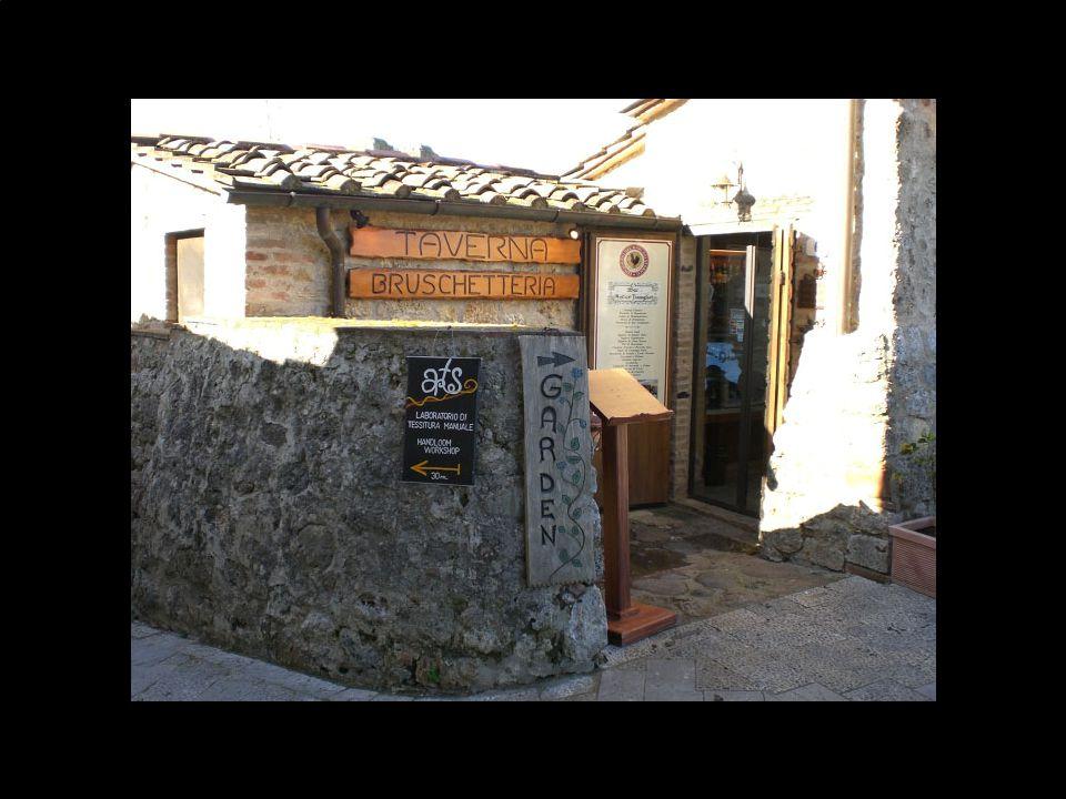 Oggi, il castello è meta di visite turistiche e la ristorazione, insieme ai negozietti di souvenir, hanno preso il dominio dell'antica piazza.