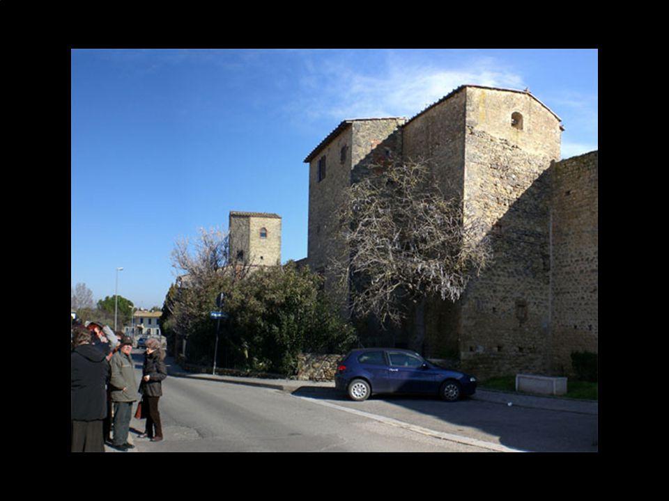 Prima di visitare il castello, il Dott. Pellegrini ci ha fatto percorrere alcuni tratti delle antiche mura che circondavano il borgo.
