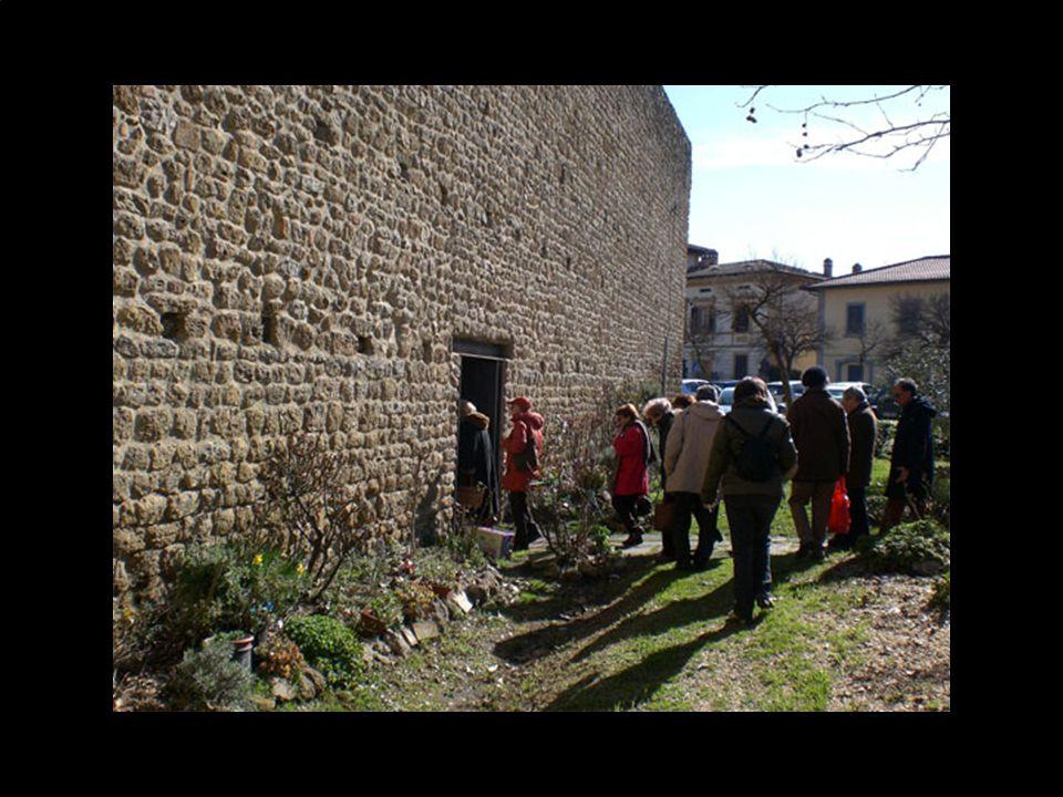 Le mura di Staggia raccordate al castello sul lato settentrionale, si presentano ancora oggi pressoché intatte, ad eccezione di due brevi interruzioni