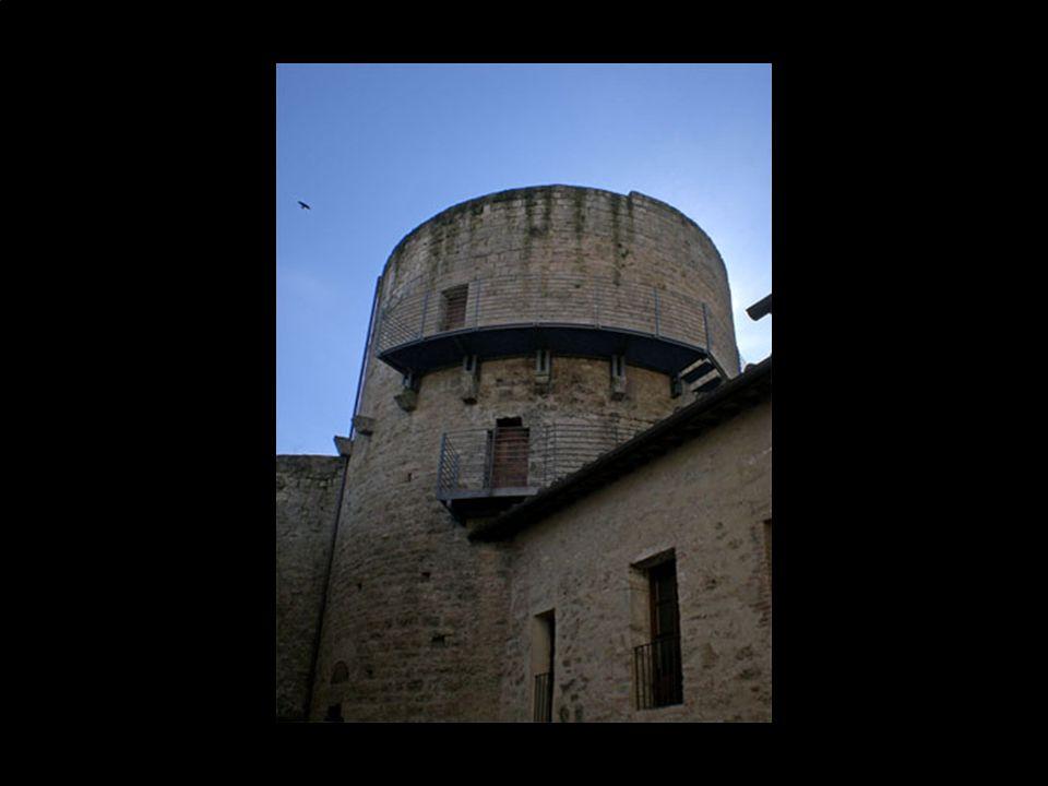 I due poderosi torrioni cilindrici bastionati posti agli angoli, inizialmente avevano la funzione di abitazione del feudatario ed erano corredati di f