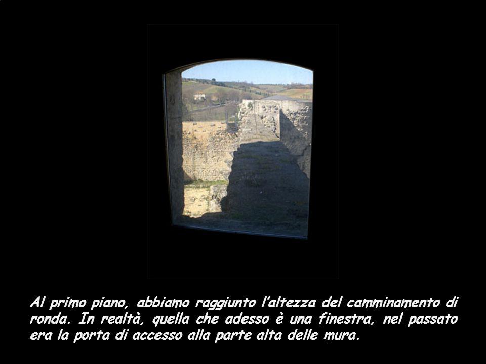 Dopo aver visitato le torri circolari, la guida del luogo ci ha introdotti alla torre quadrata: la più alta e la più importante …