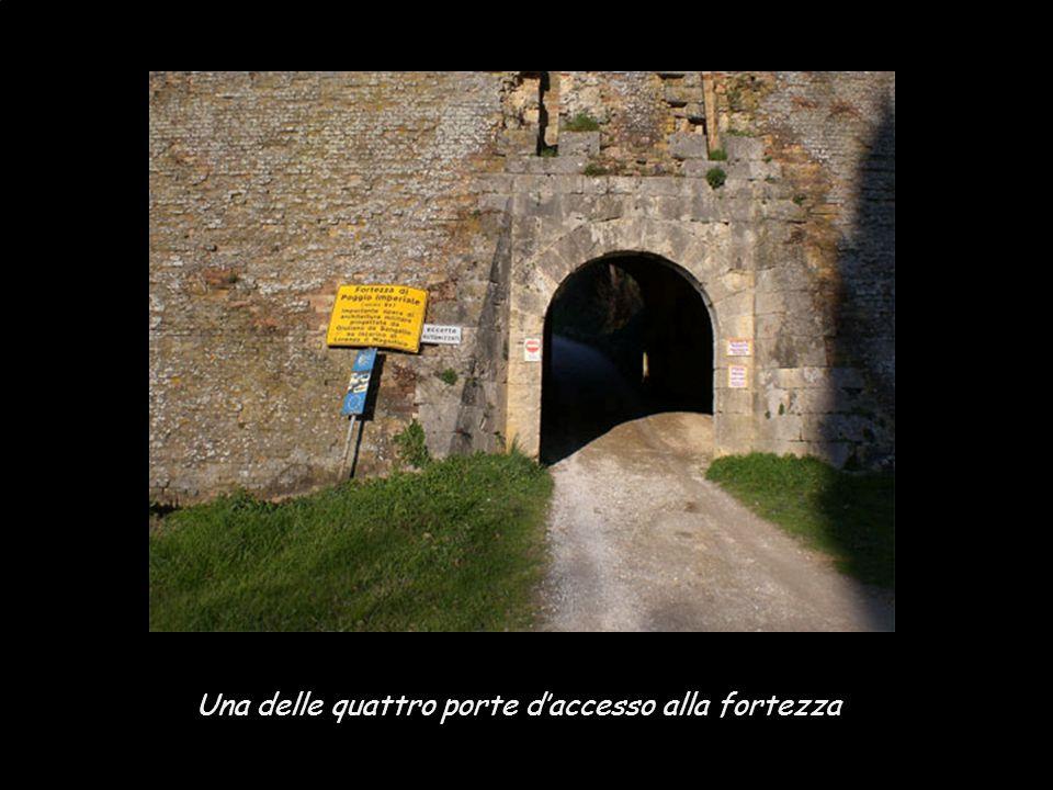 Nonostante il suo moderno aspetto, Poggibonsi ha un interessantissima fortezza Medicea da visitare. La collina di Poggio Imperiale è un area di circa