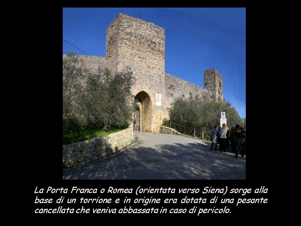 Il diametro del castello è di 172 metri, circondato da una massiccia cinta muraria di forma ellittica dello spessore di ben 2 metri, intervallata da 1