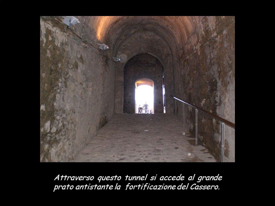Entrando dalla Porta Franca o Romea, che in origine era dotata di una pesante cancellata che veniva abbassata in caso di pericolo, si accede a Piazza