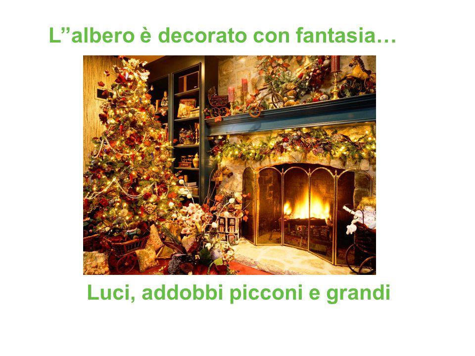 Luci, addobbi picconi e grandi L''albero è decorato con fantasia…