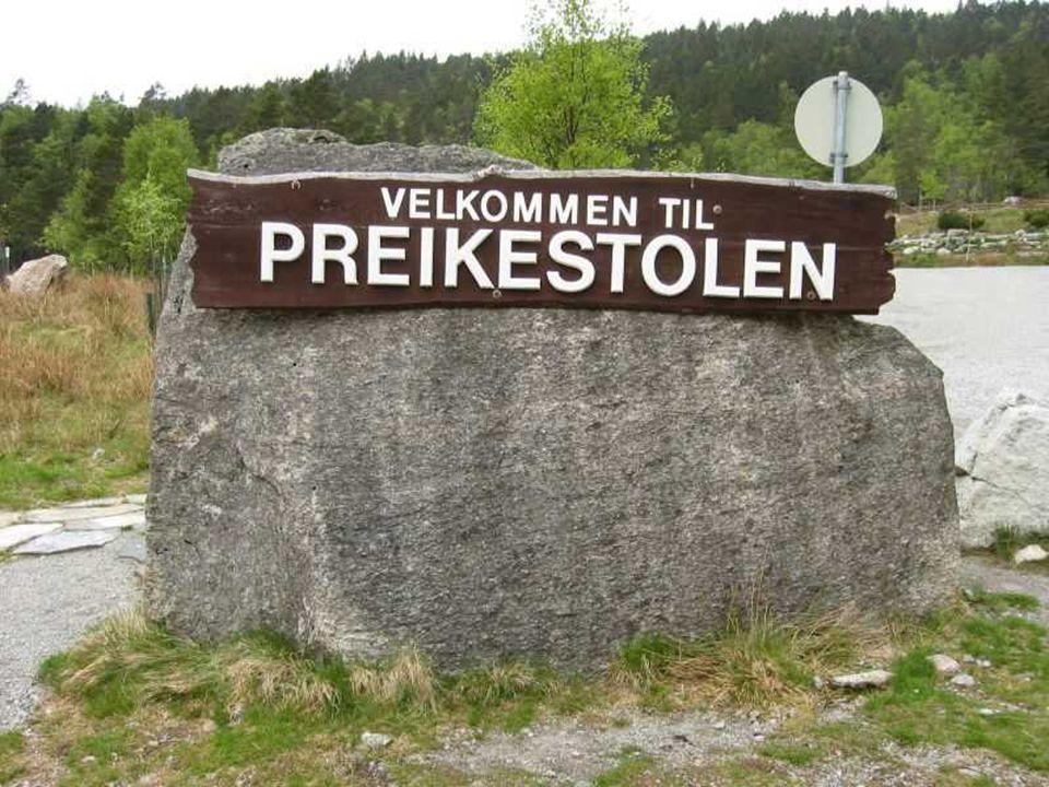 Vicino a Stavanger, in Norvegia, c è un roccia misteriosa che sale a picco per 600 metri sul fjordo Lysefjorden...
