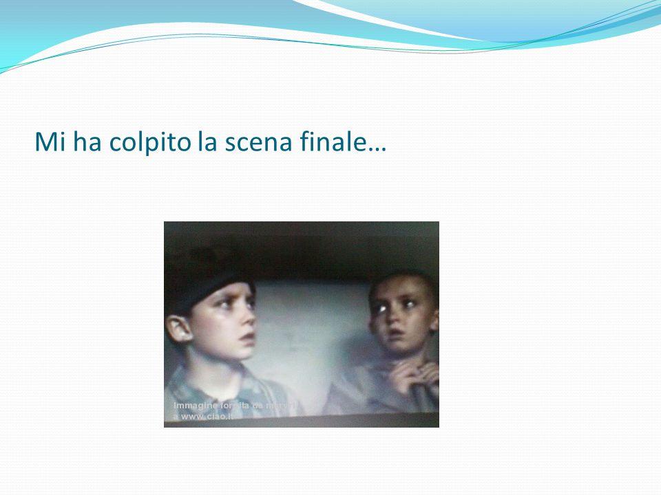 A me ha colpito la scena in cui il papà di Bruno fa vedere un video fittizio sulle condizioni degli ebrei nel campo di concentramento, inscenando addirittura tornei di calcio, una zona caffè, ecc….