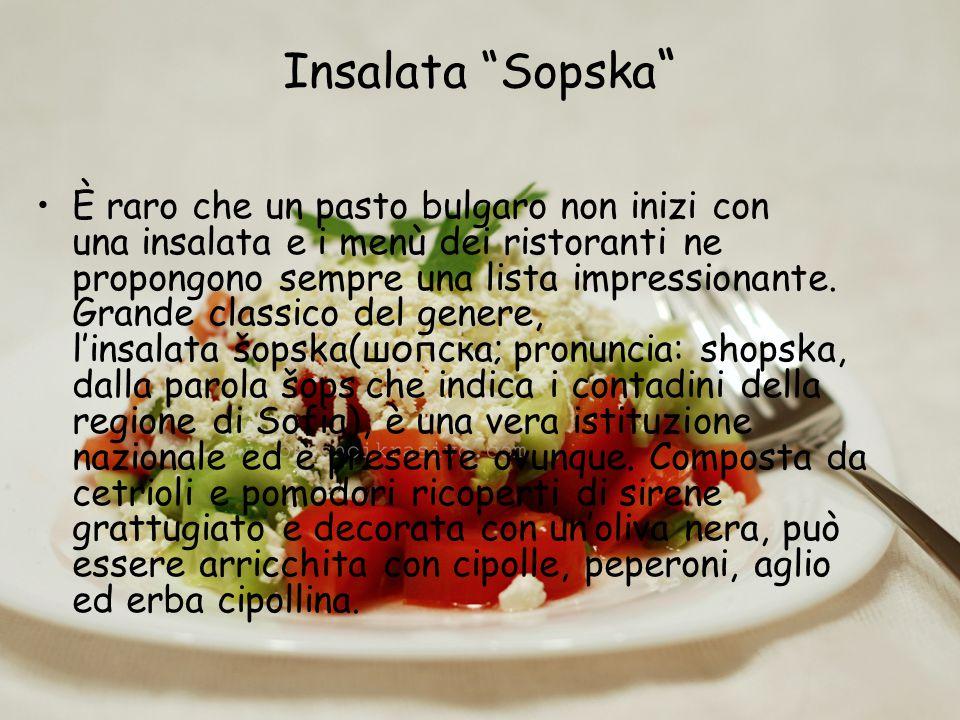"""Insalata """"Sopska """" È raro che un pasto bulgaro non inizi con una insalata e i menù dei ristoranti ne propongono sempre una lista impressionante. Grand"""