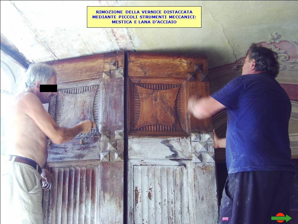 RIMOZIONE DELLA VERNICE DISTACCATA MEDIANTE PICCOLI STRUMENTI MECCANICI: MESTICA E LANA D'ACCIAIO