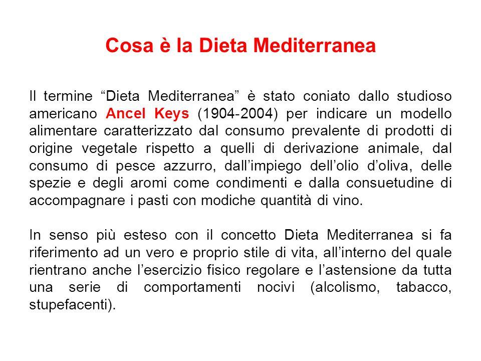 Caratteristiche alimentari della Dieta Mediterranea Elevato consumo di frutta, verdura, patate, legumi, noci, semi, pane e cereali.