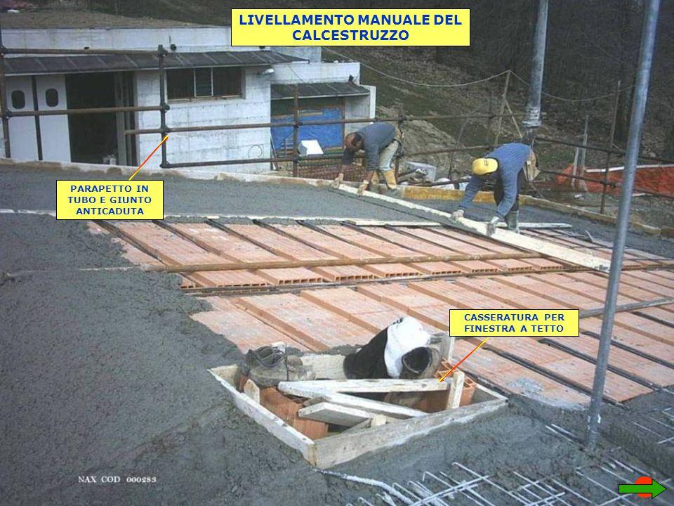 LIVELLAMENTO MANUALE DEL CALCESTRUZZO PARAPETTO IN TUBO E GIUNTO ANTICADUTA CASSERATURA PER FINESTRA A TETTO