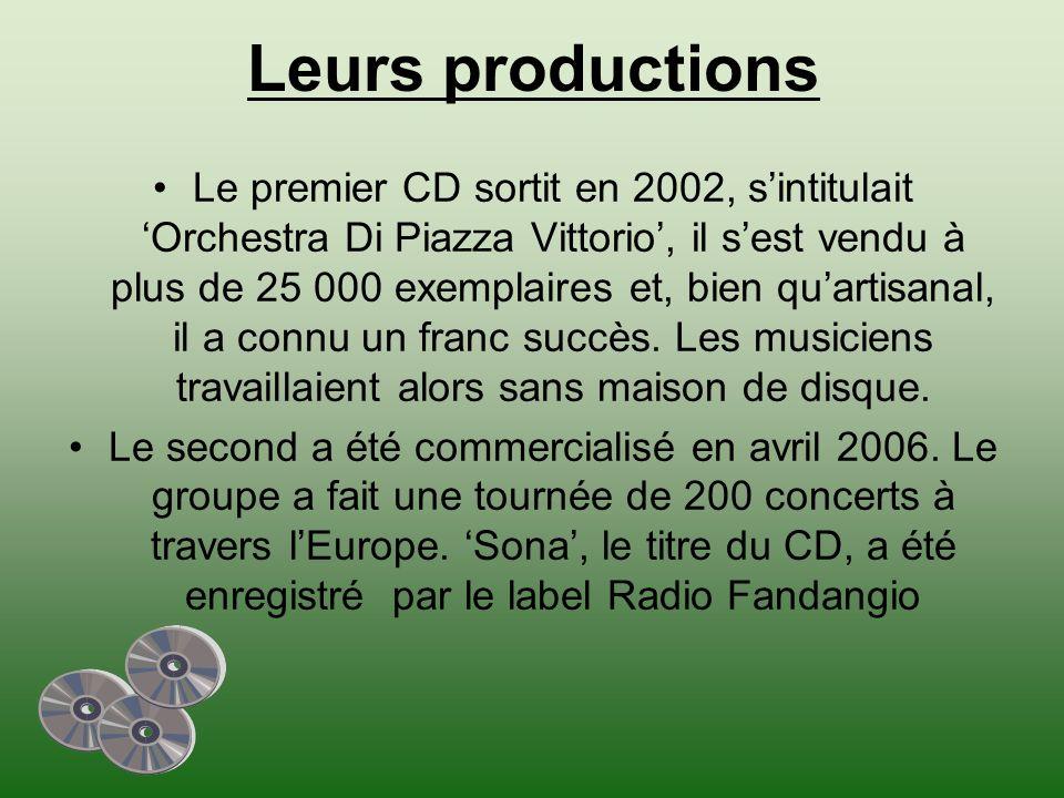 Leurs productions Le premier CD sortit en 2002, sintitulait Orchestra Di Piazza Vittorio, il sest vendu à plus de 25 000 exemplaires et, bien quartisanal, il a connu un franc succès.