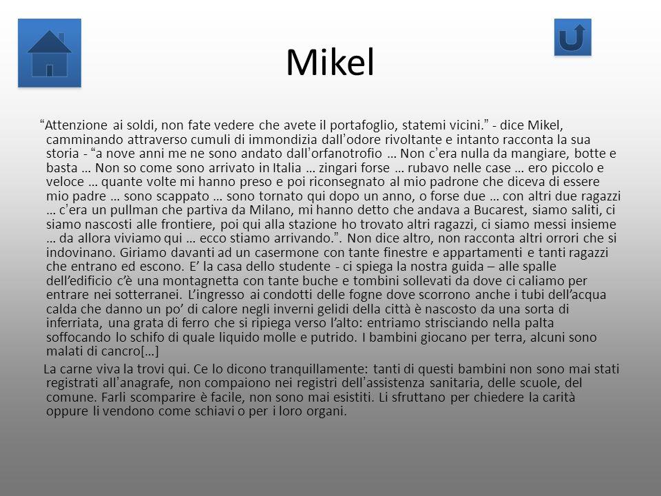 Mikel Attenzione ai soldi, non fate vedere che avete il portafoglio, statemi vicini. - dice Mikel, camminando attraverso cumuli di immondizia dallodor