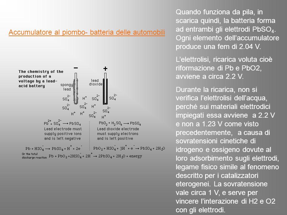 Accumulatore al piombo- batteria delle automobili Quando funziona da pila, in scarica quindi, la batteria forma ad entrambi gli elettrodi PbSO 4.