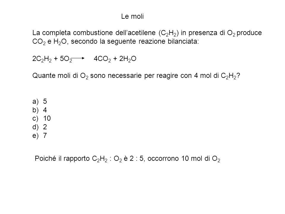 La completa combustione dellacetilene (C 2 H 2 ) in presenza di O 2 produce CO 2 e H 2 O, secondo la seguente reazione bilanciata: 2C 2 H 2 + 5O 2 4CO