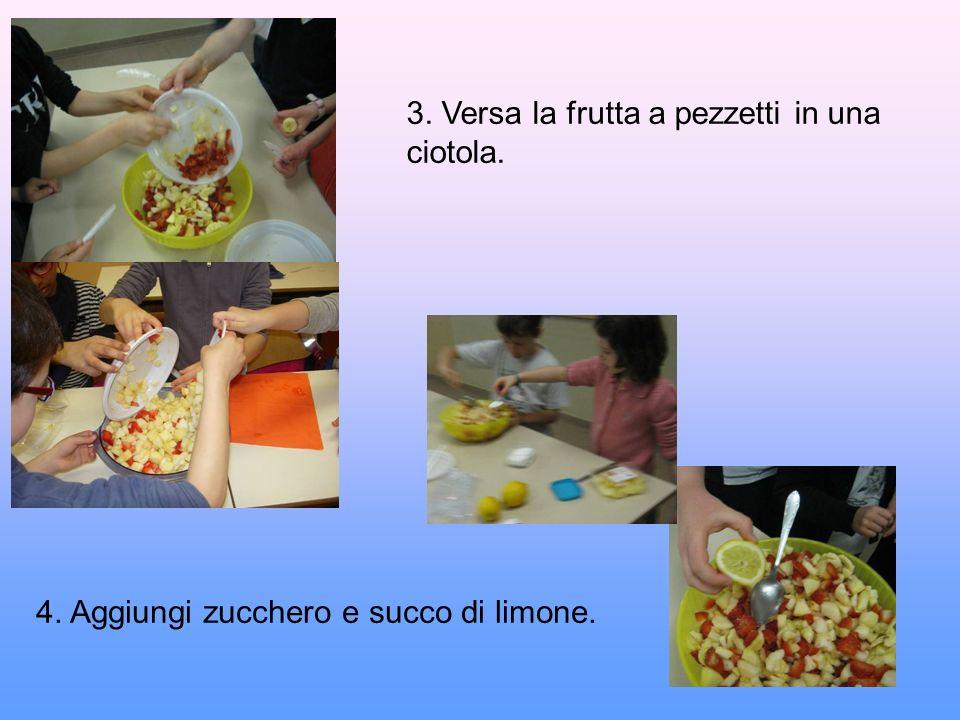 3. Versa la frutta a pezzetti in una ciotola. 4. Aggiungi zucchero e succo di limone.