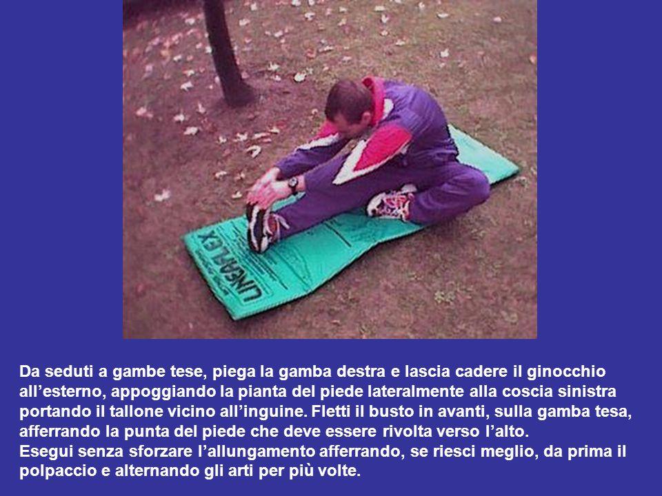 Da seduti a gambe tese, piega la gamba destra e lascia cadere il ginocchio allesterno, appoggiando la pianta del piede lateralmente alla coscia sinist