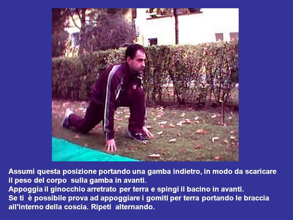 Assumi questa posizione portando una gamba indietro, in modo da scaricare il peso del corpo sulla gamba in avanti. Appoggia il ginocchio arretrato per