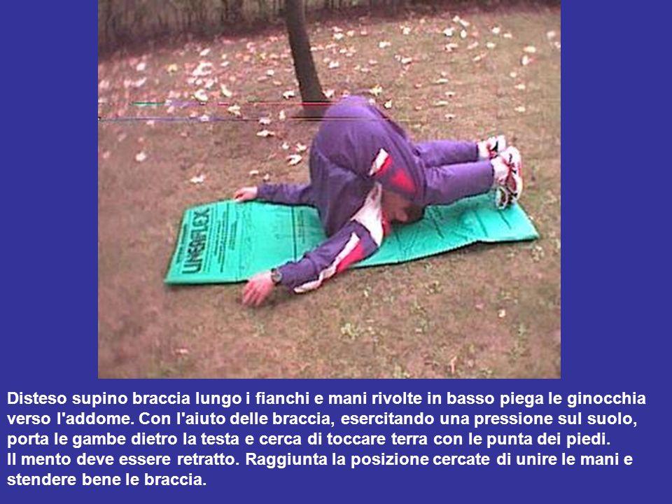 Disteso supino braccia lungo i fianchi e mani rivolte in basso piega le ginocchia verso l'addome. Con l'aiuto delle braccia, esercitando una pressione