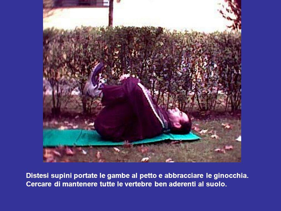 Distesi supini portate le gambe al petto e abbracciare le ginocchia. Cercare di mantenere tutte le vertebre ben aderenti al suolo.