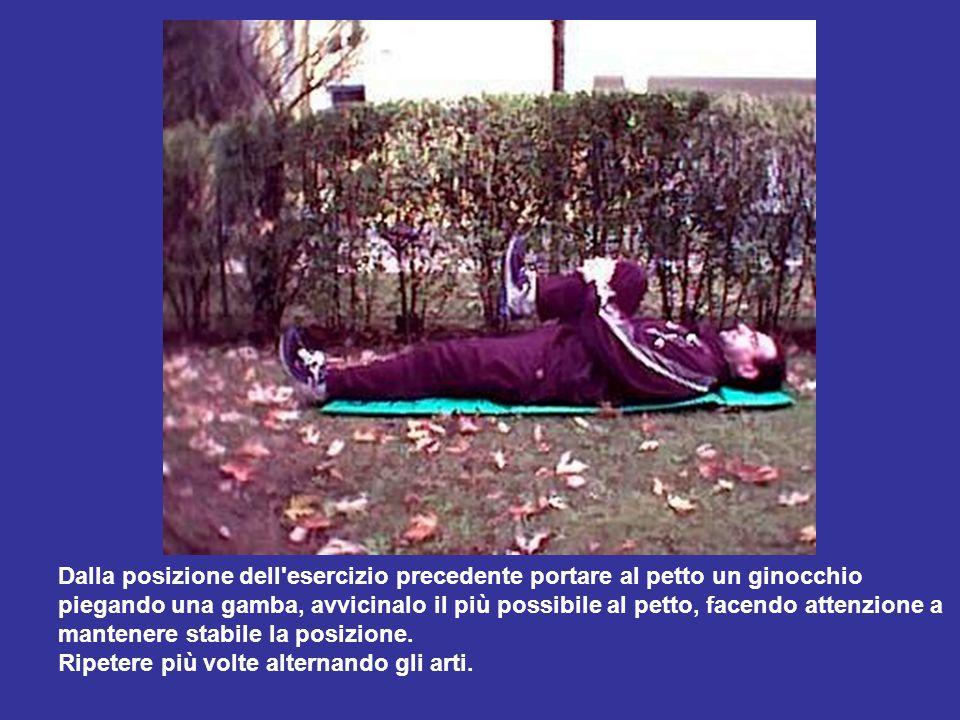 Dalla posizione dell'esercizio precedente portare al petto un ginocchio piegando una gamba, avvicinalo il più possibile al petto, facendo attenzione a