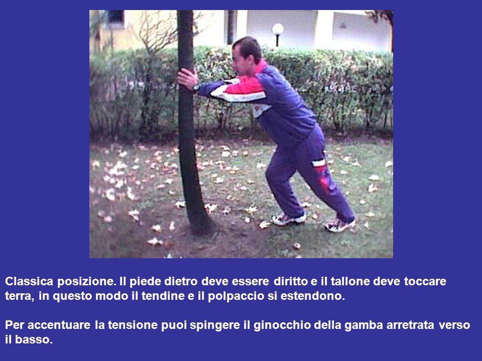 In piedi divaricare le gambe poco più della larghezza delle spalle.