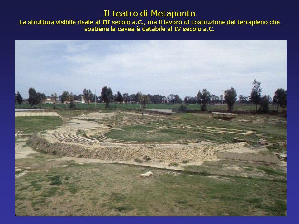 Il teatro di Metaponto La struttura visibile risale al III secolo a.C., ma il lavoro di costruzione del terrapieno che sostiene la cavea è databile al