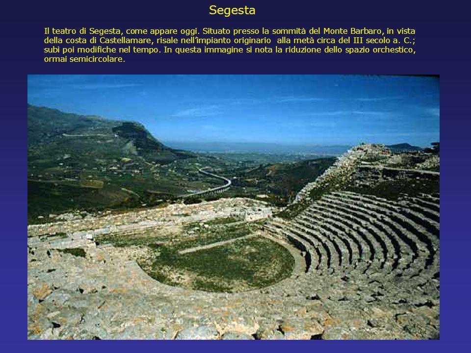 Il teatro di Segesta, come appare oggi. Situato presso la sommità del Monte Barbaro, in vista della costa di Castellamare, risale nellimpianto origina