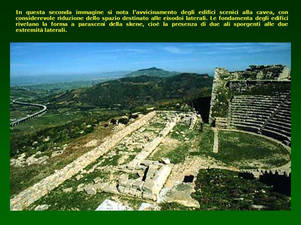 In questa seconda immagine si nota lavvicinamento degli edifici scenici alla cavea, con considerevole riduzione dello spazio destinato alle eisodoi la