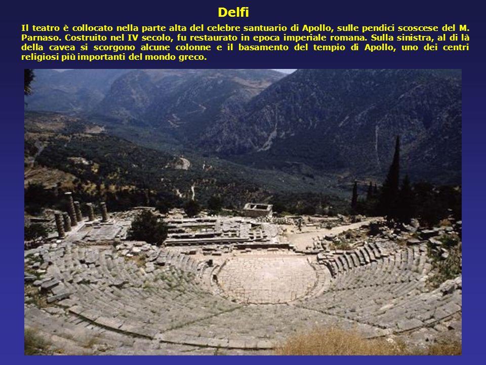 Il bel teatro di Priene, in Asia Minore ha subito numerosi rimaneggiamenti. Lorchestra e la cavea risalgono al 300 a. C. circa, e dovevano avere in or