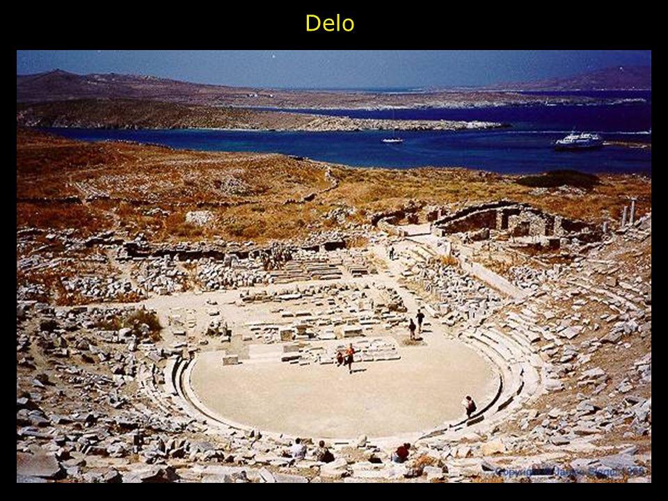 Il teatro è collocato nella parte alta del celebre santuario di Apollo, sulle pendici scoscese del M. Parnaso. Costruito nel IV secolo, fu restaurato