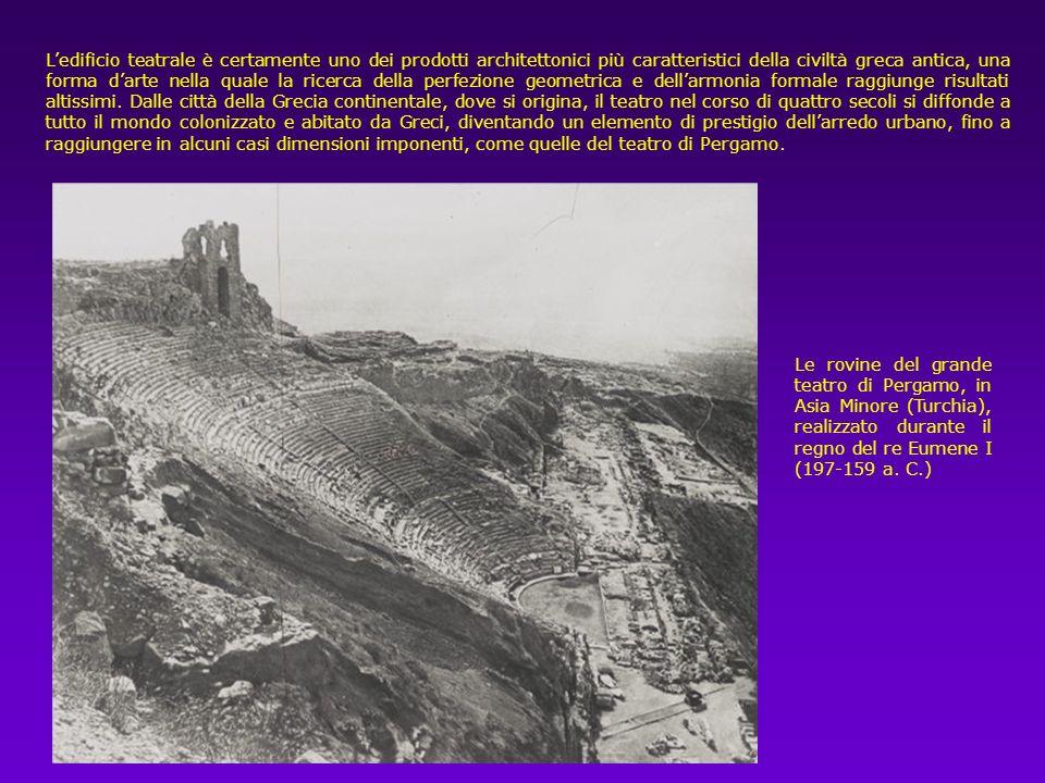 Il teatro è collocato nella parte alta del celebre santuario di Apollo, sulle pendici scoscese del M.