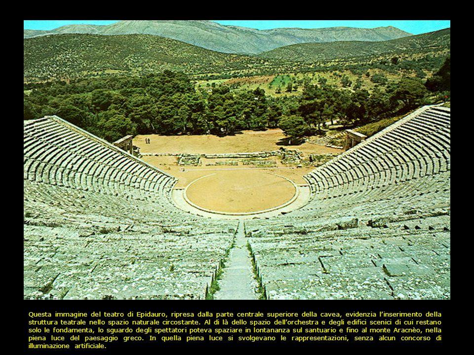 Questa immagine del teatro di Epidauro, ripresa dalla parte centrale superiore della cavea, evidenzia linserimento della struttura teatrale nello spazio naturale circostante.
