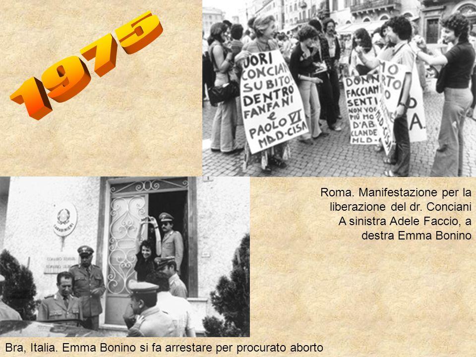 Roma. Manifestazione per la liberazione del dr. Conciani A sinistra Adele Faccio, a destra Emma Bonino Bra, Italia. Emma Bonino si fa arrestare per pr