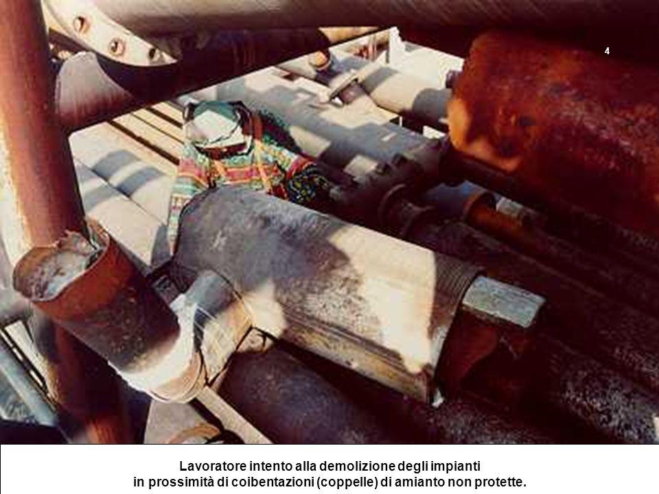 Lavoratore intento alla demolizione degli impianti in prossimità di coibentazioni (coppelle) di amianto non protette. 4