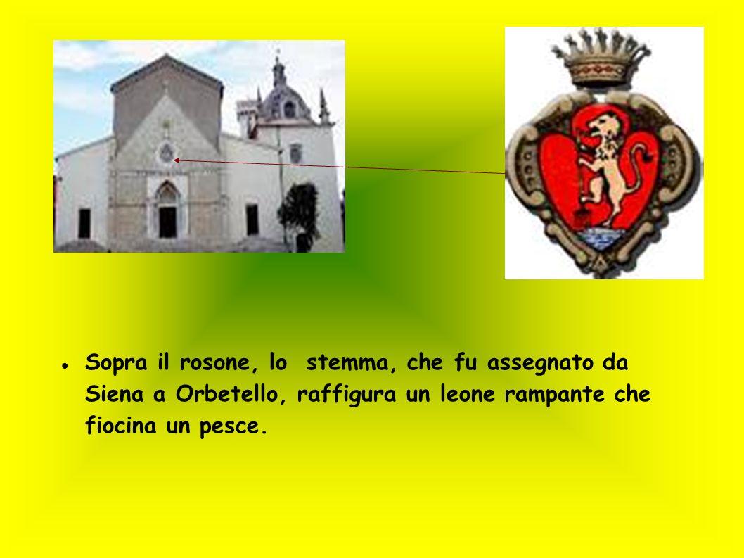 Sopra il rosone, lo stemma, che fu assegnato da Siena a Orbetello, raffigura un leone rampante che fiocina un pesce.