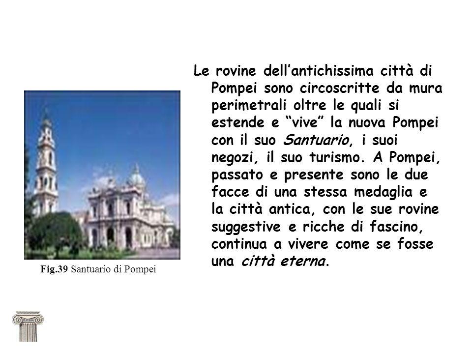 Le rovine dellantichissima città di Pompei sono circoscritte da mura perimetrali oltre le quali si estende e vive la nuova Pompei con il suo Santuario, i suoi negozi, il suo turismo.