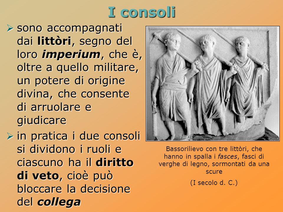 I consoli sono accompagnati dai littòri, segno del loro imperium, che è, oltre a quello militare, un potere di origine divina, che consente di arruola
