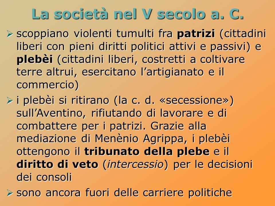 La società nel V secolo a. C. scoppiano violenti tumulti fra patrizi (cittadini liberi con pieni diritti politici attivi e passivi) e plebèi (cittadin