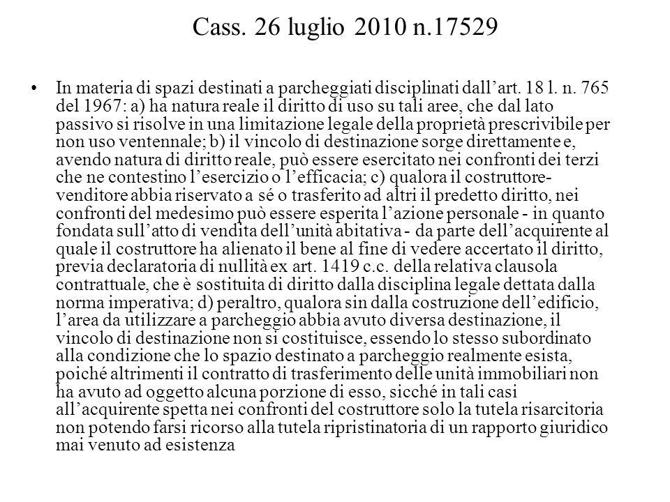 Cass. 26 luglio 2010 n.17529 In materia di spazi destinati a parcheggiati disciplinati dallart. 18 l. n. 765 del 1967: a) ha natura reale il diritto d