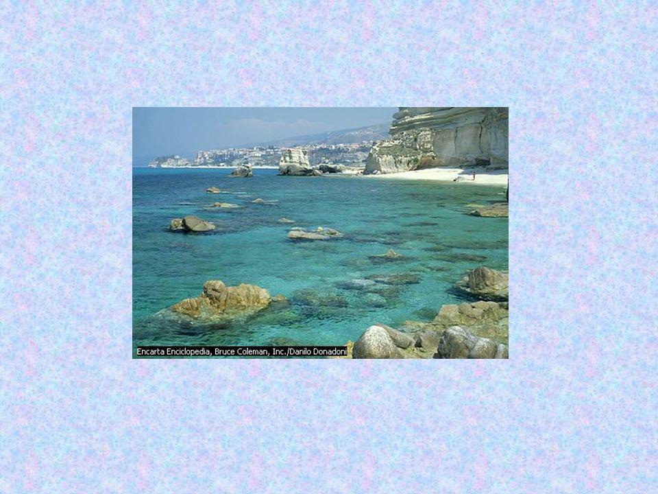 Il Crati (81 km di lunghezza; 2.440 km² di bacino) è l'unico fiume della Calabria: nasce nella Sila e sfocia nella costa ionica dopo aver attraversato