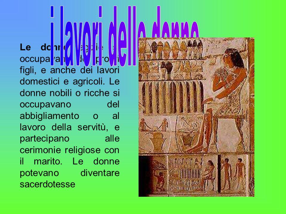 Le donne egizie si occupavano dei propri figli, e anche dei lavori domestici e agricoli. Le donne nobili o ricche si occupavano del abbigliamento o al